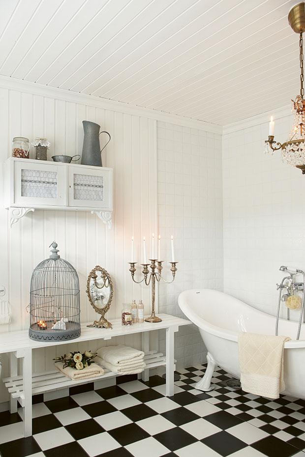 Badezimmer im Shabby Charme mit freistehender weißer Badewanne (