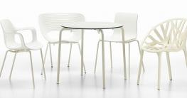 Die Vitra White Collection: von links: Hal Armchair, Tom Vac, Hal Tube Stackable, Vegetal. Tisch: Hal Table rund.