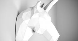 Ein Einhorn aus Papier: Wandschmuck in Weiß von papertrophy