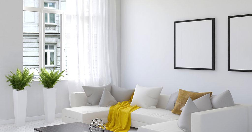 Eine gelbe Decke reicht schon, und das weiße Sofa wirkt sonnig-heiter