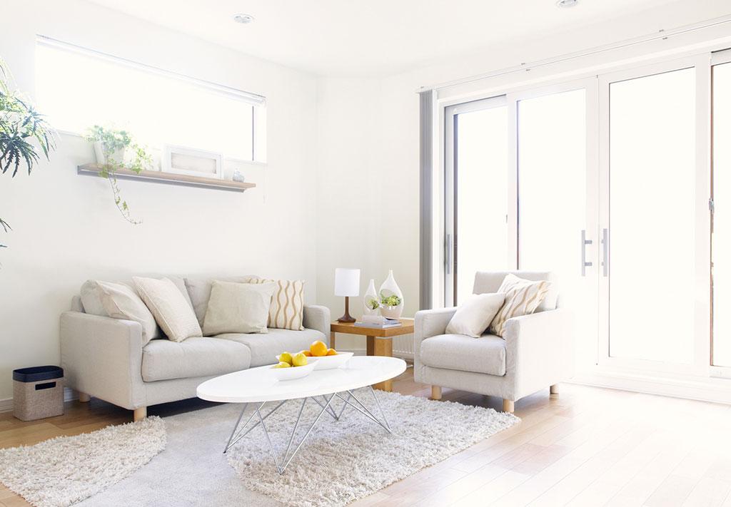 Weiß, zartes Beige und helles Holz wirken wohnlich und gleichzeitig sehr elegant