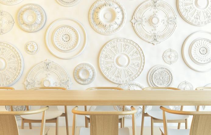 weiße Stuckrosetten als Wandschmuck